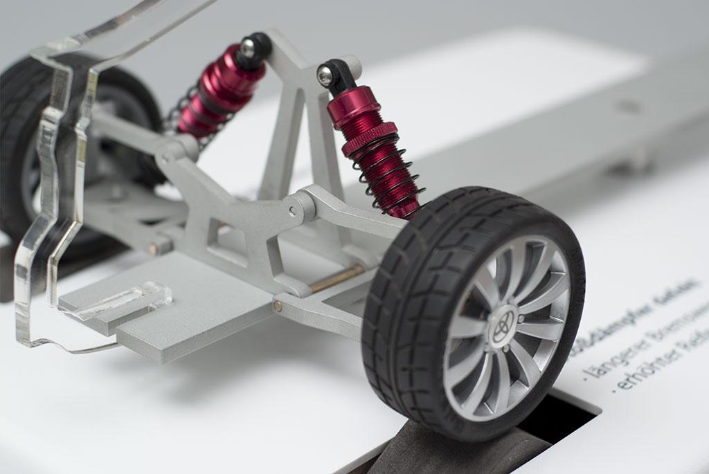 Werbemodell Toyota Stoßdämpfertest Hinterrad